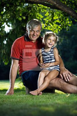 Großvater und Enkelin im Freien