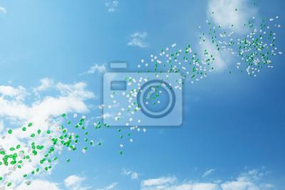 Grüne und weiße Ballons in den Himmel