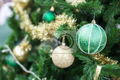 Grüne Weihnachten Spielzeug-Ball hängt an einem Weihnachten Tannenzweig