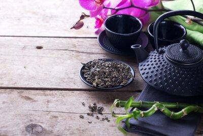 Bild Grüner Tee in Schale und traditionelle asiatische Tee-Set auf alten Holz