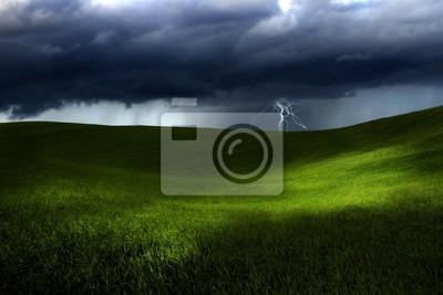 Grünes Land über einen Sturm