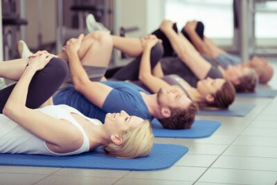 Bild gruppe macht Dehnübungen im Fitness-Center