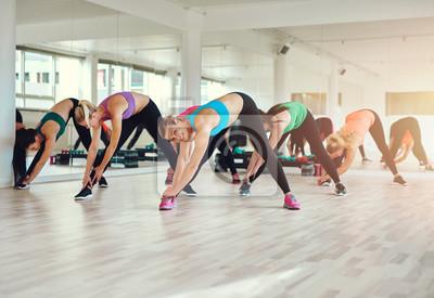 Gruppe von fit Frauen ausüben