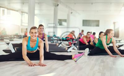 Gruppe von fit Frauen dehnen