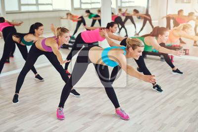 Gruppe von fit Frauen in einem Fitness-Klasse in einem Fitnessstudio