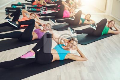 Gruppe von fit gesunden jungen Frauen in einem Fitnessstudio
