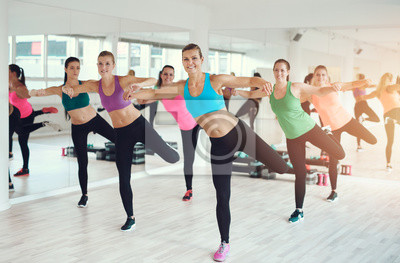 Gruppe von fit junge Frauen arbeiten in einer Turnhalle