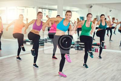 Gruppe von fit jungen Frauen, die Übung zusammen