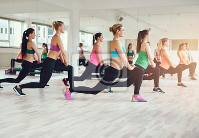 Gruppe von fit und gesunde Frauen auszuüben