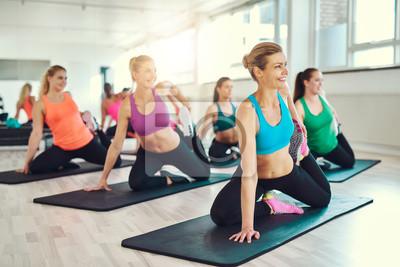 Gruppe von Frauen dehnen in einer Fitness-Klasse