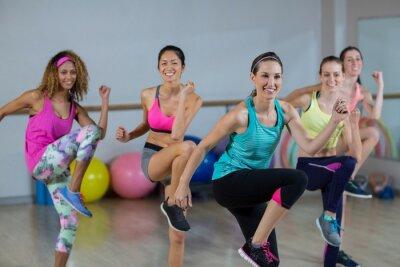 Gruppe von Frauen, die Aerobic