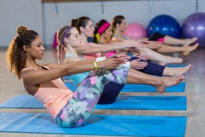 Gruppe von Frauen, die Yoga
