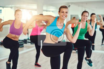 Gruppe von Frauen in einem Fitness-Klasse