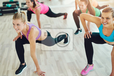 Gruppe von Frauen in einer Fitness-Klasse