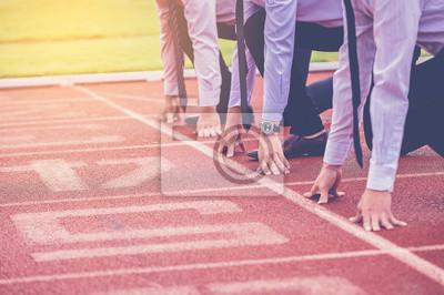 Bild Gruppe von Geschäftsleuten bereit, das Rennen in der Strecke zu starten. Business-Challenge-Konzept.