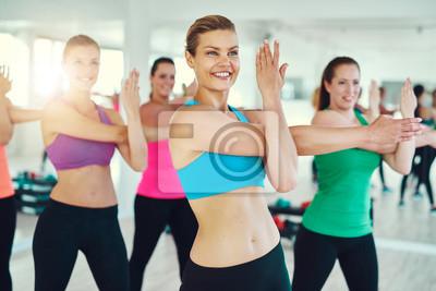 Gruppe von jungen Frauen dehnen
