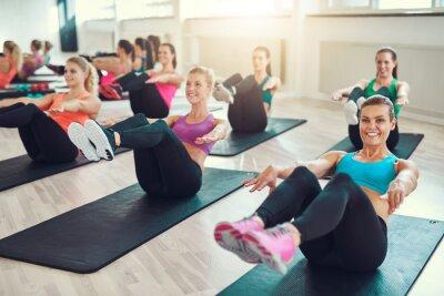 Bild Gruppe von jungen Frauen, die Übung auf abs