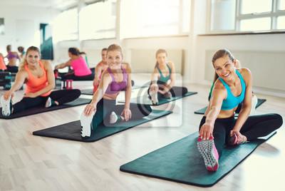 Gruppe von jungen Frauen in Aerobic-Klasse