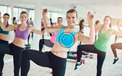 Gruppe von jungen Frauen üben Aerobic