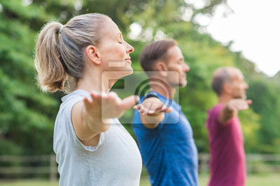 Bild Gruppe von Menschen tun Yoga