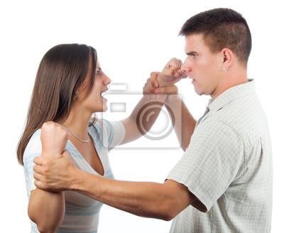 Gut aussehender junger Mann verteidigt sich aus böse Frau