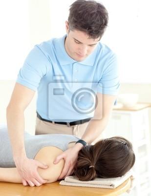 Gutaussehend Physiotherapeuten geben eine Rückenmassage