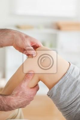 Guy massiert ein Knie