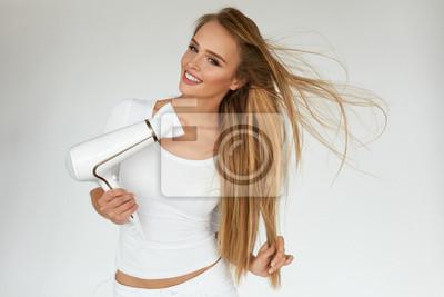 Haarpflege frau trocknen schöne lange blonde haar mit trockner