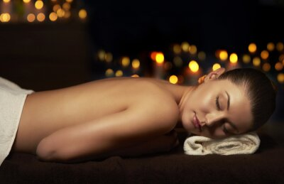 Bild Halbe nackte Frau Ruhe nach der Massage
