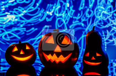 Halloween-Kürbisse auf blauem Hintergrund
