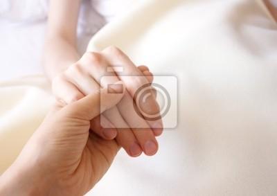 Halten Sie die Hand eines Kranken halten, liebte ein im Krankenhaus