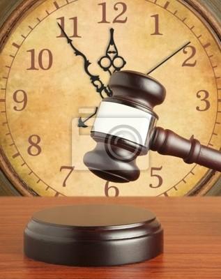 Hammer und alte Uhr
