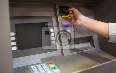 Hand, die eine Kreditkarte