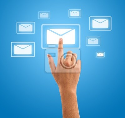 Hand drücken futuristischen Mail-Symbol auf blauem Hintergrund