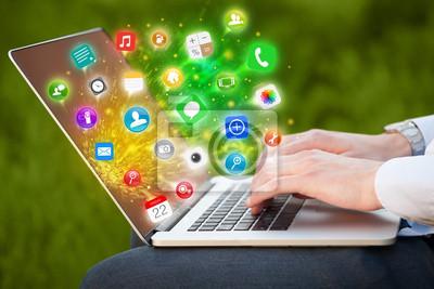 Bild Hand drücken modernen Laptop mit Mobile App Icons und Symbole
