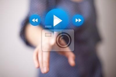 Hand drücken play button