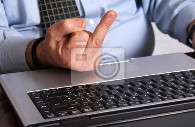 Hand Geste beleidigend für den Laptop-Computer