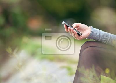 Hand hält ein Mobiltelefon