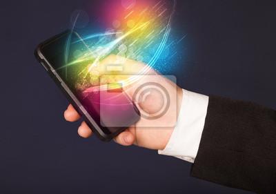Bild Hand hält Smartphone mit abstrakten glühenden Linien