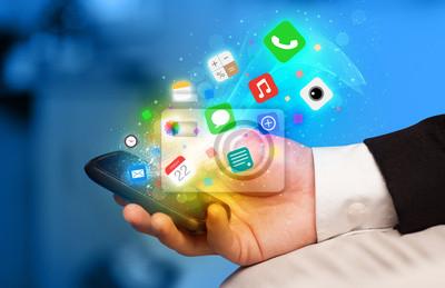 Bild Hand hält Smartphone mit bunten App-Symbole