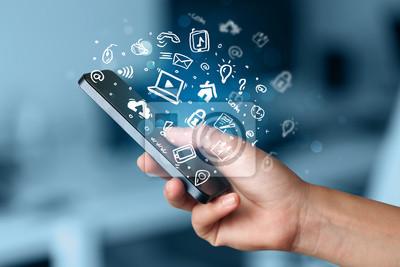 Hand hält Smartphone mit Media-Symbole und Symbol