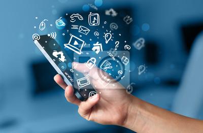 Hand hält Smartphone mit Medien-Symbole und Symbol