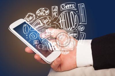 Bild Hand holding Telefon mit Hand gezeichneten Sprechblasen