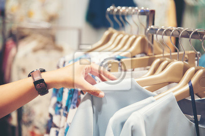 Bild hand of customer choosing clothes in a clothing store