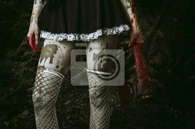 Hand Schmutzige Frau hält eine blutige Axt