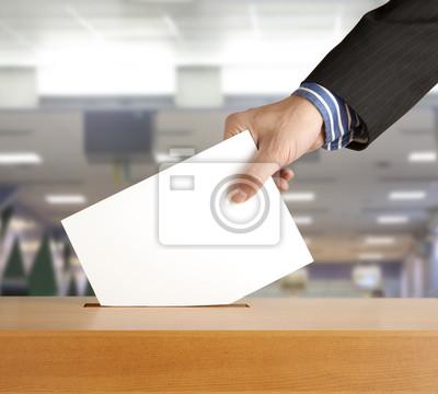 Hand setzen einen Stimmzettel in einen Schlitz des Kastens