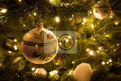 Bild Handgemachte Weihnachtskugel in Weihnachtsbaum