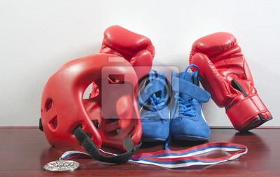 Handschuhe, Helm und Schuhe für Kampfsportarten, und die Medaille
