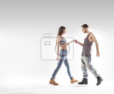 Handsome B-Boy Tanzen mit einem schlanken Mädchen