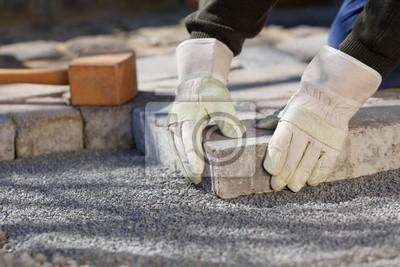 handwerker pflastert Den Hof